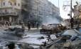 Sírios se reúnem no local de ataques aéreos que teriam sido perpetrados por forças do governo no bairro de Halak, em Aleppo