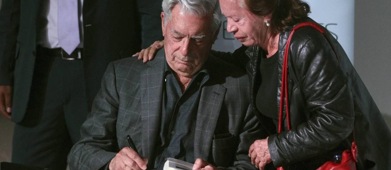 Vargas Llosa durante uma sessão de autógrafos em Bogotá. Críticas ao chavismo ficaram de fora da transmissão de entrevista concedida a Rede de tv venezuelana Foto: JOHN VIZCAINO / REUTERS