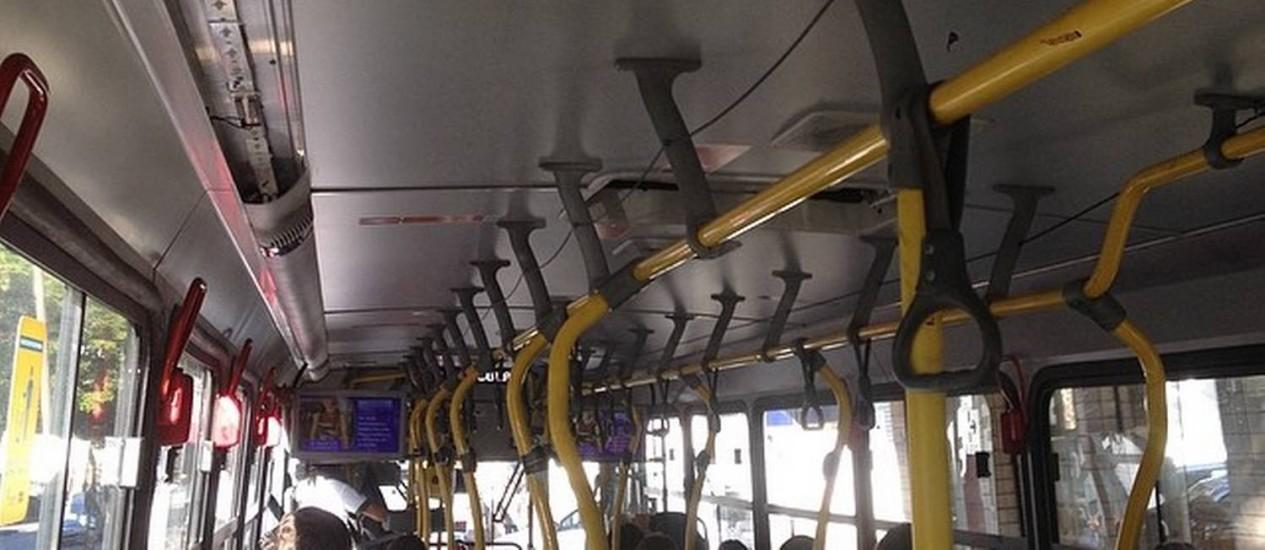 Presidente do Instituto Rio Patrimônio da Humanidade documenta trajeto do Humaitá a Santa Cruz no BRT Foto: Internet / Reprodução