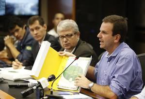Eduardo Paes exibe o manual para a Copa do Mundo Foto: Alexandre Cassiano / Agência O Globo