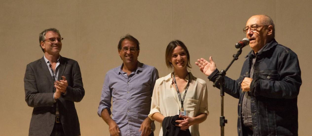 """O diretor Jorge Durán (à direita) com parte da equipe de """"Romance policial"""", parceria entre Brasil e Chile Foto: divulgação/daniela nader"""