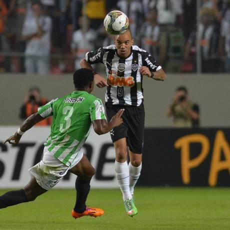Diego Tardelli durante o jogo contra o Nacional de Medellín: Galo empatou em casa e foi eliminado da Libertadores Foto: Douglas Magno / AFP
