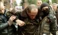 Piloto militar ucraniano ferido recebe ajuda de forças pró-Rússia depois de helicóptero ser derrubado no leste da Ucrânia