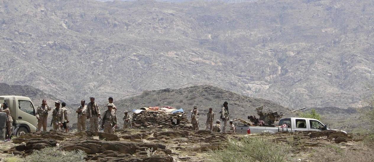 Soldados patrulham uma estrada montanhosa durante combates com militantes da al-Qaeda no Iêmen Foto: HANDOUT / REUTERS