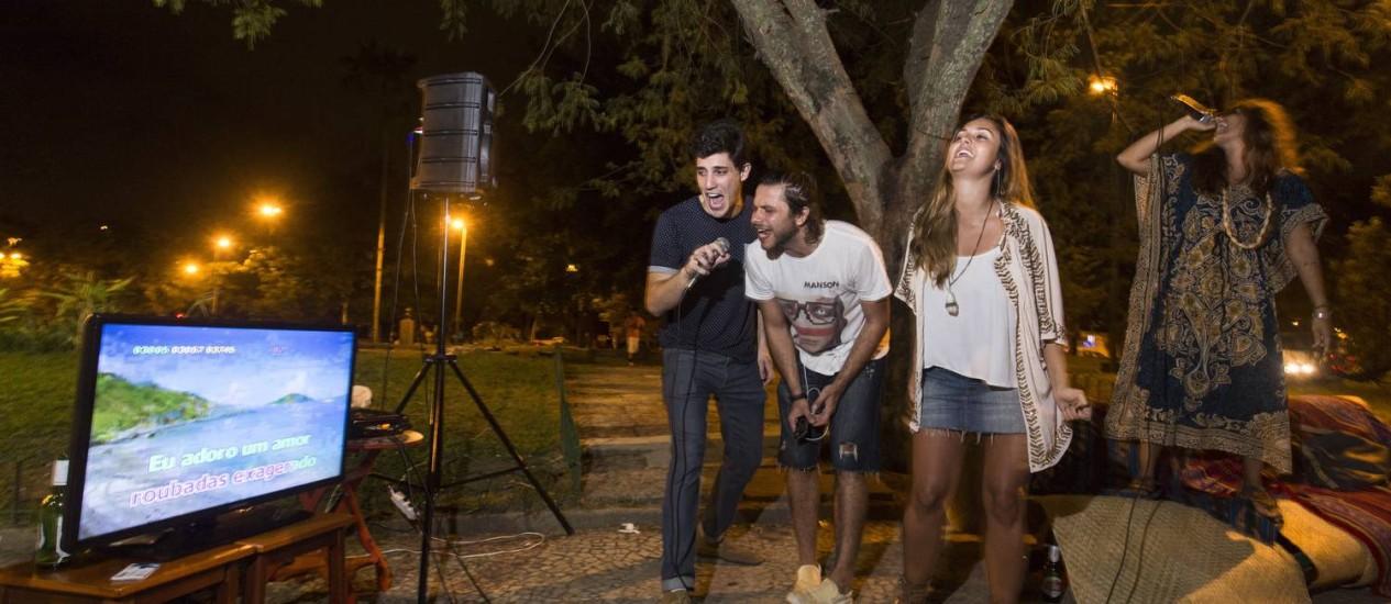 Allan, Clélio, Mariana e Amnah cantam numa das edições do KaraokêBG: hoje é dia Foto: Daniela Dacorso / Agência O Globo