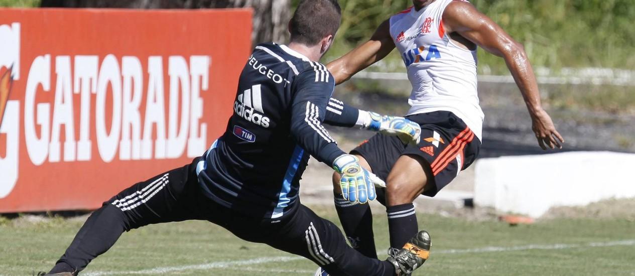 Nixon tenta driblar o goleiro Paulo Victor no treino do Fla Foto: Divulgação / Flamengo