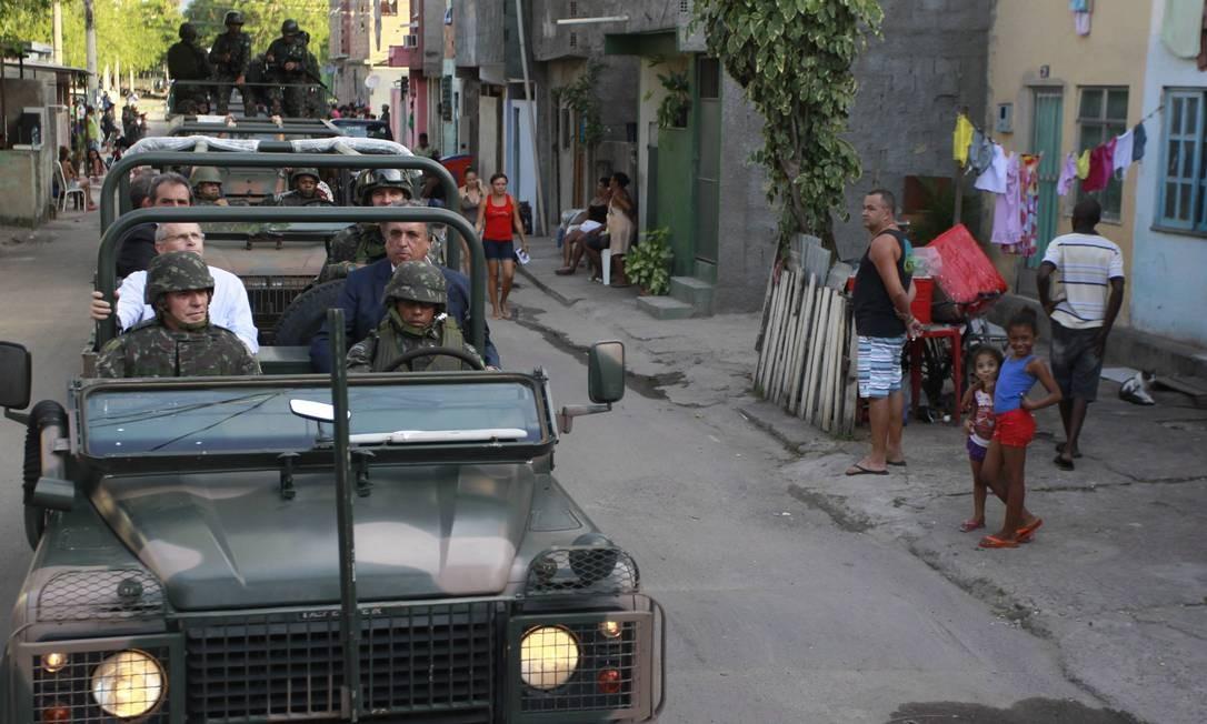 O governador Luiz Fernando Pezão e o secretário de Segurança José Mariano Beltrame andam em carro do Exército durante visita à Maré Foto: Domingos Peixoto / Agência O Globo