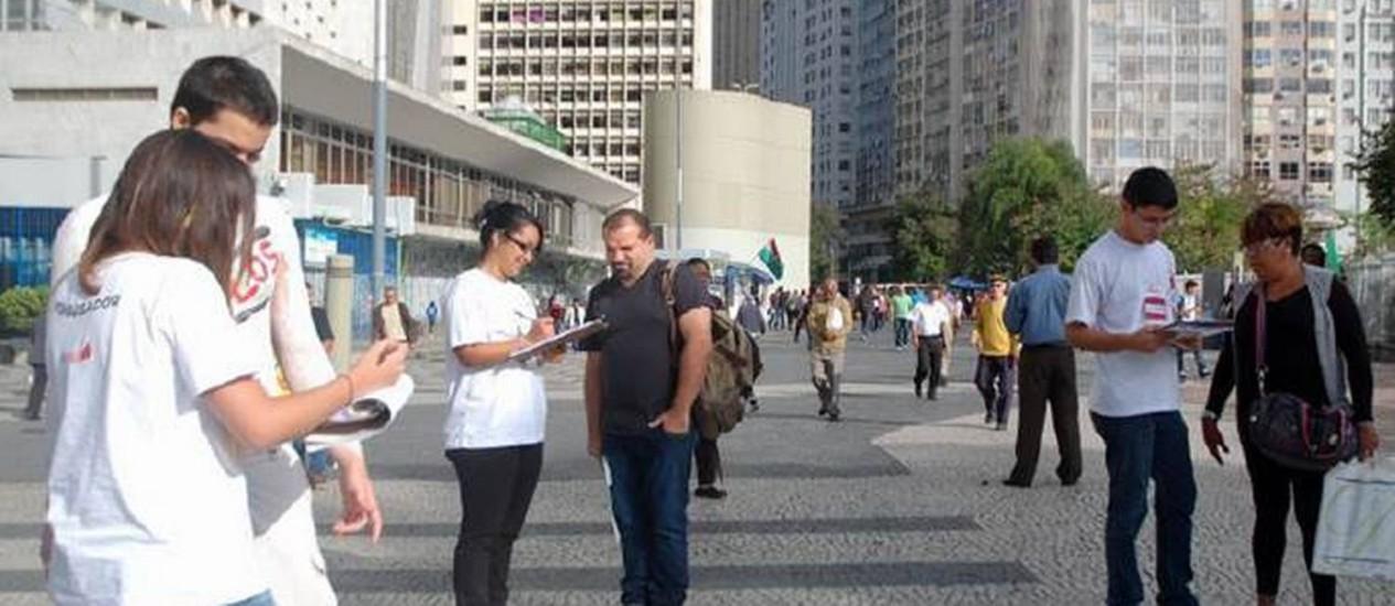 Trabalhadores participam da pesquisa sobre aposentadoria, realizada pela UniCarioca, no Centro do Rio Foto: Divulgação