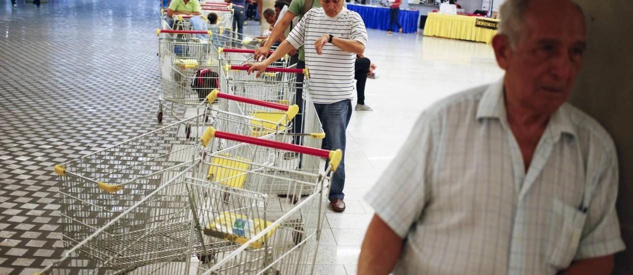 Consumidores fazem fila em um supermercado de Caracas para conseguir alimentos Foto: JORGE SILVA / REUTERS