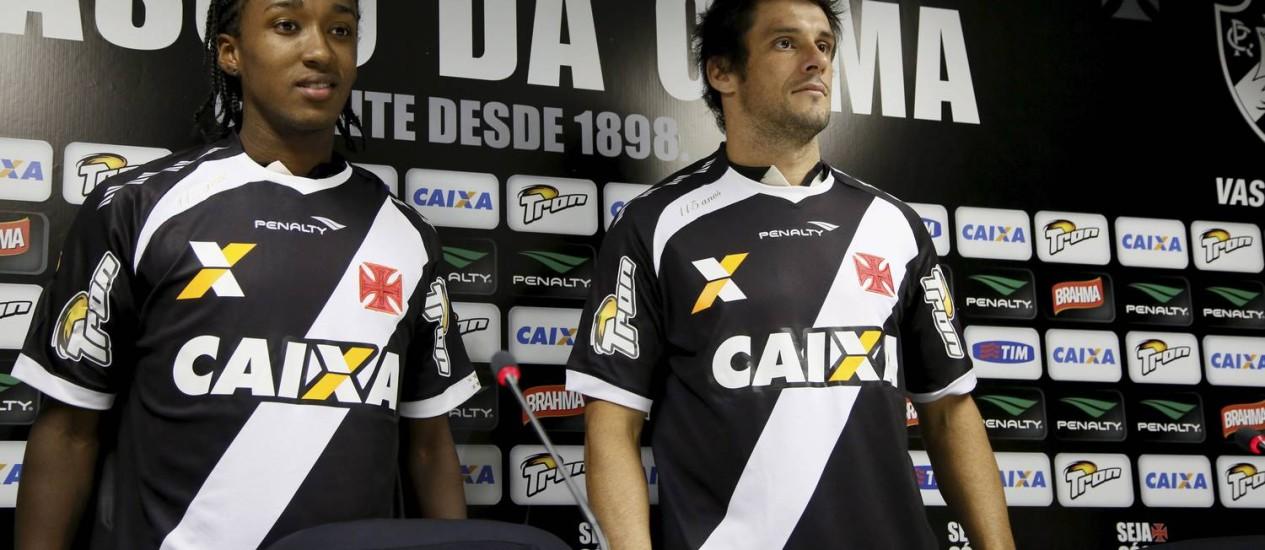 Guilherme Biteco, à esquerda, e Fabricio foram apresentados nesta sexta Foto: Marcos Tristão / Agência O Globo