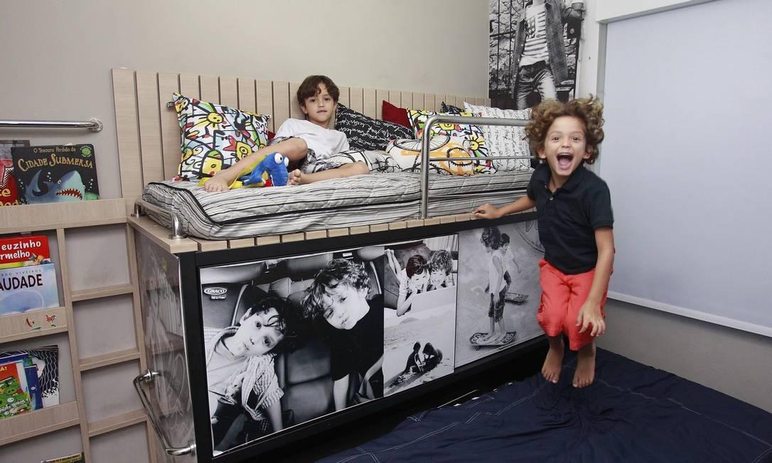 Unidos. João Pedro, de 7 anos, e David, de 6, dividem quarto todo decorado com fotos dos dois Foto: Agência O Globo / Márcio Alves