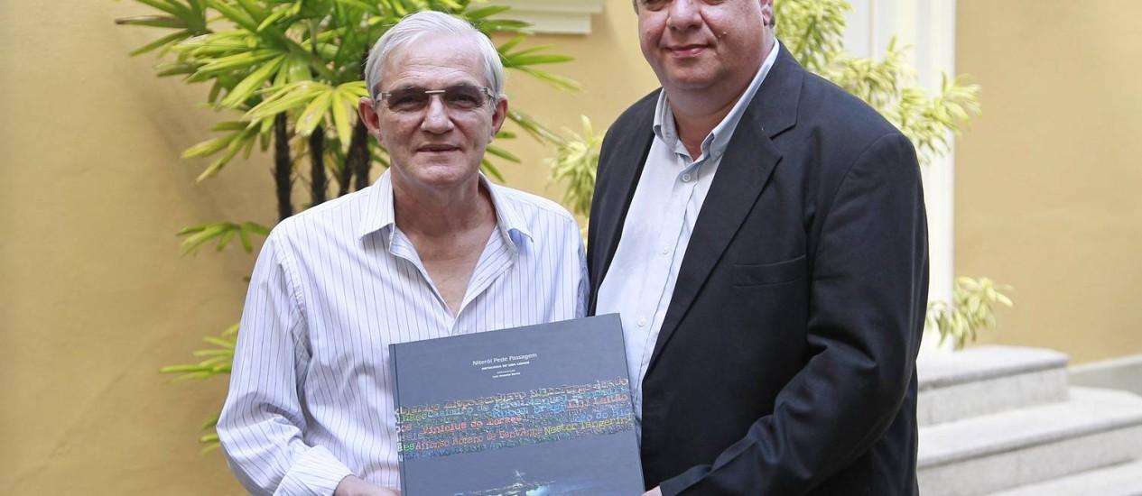 """Livro. Luiz Antonio Barros e Luiz Erthal (à direita) mostram o """"Niterói pede passagem"""" Foto: Márcio Alves"""
