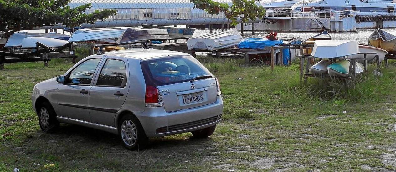 Motorista deixa o carro na praia, perto da estação das barcas, em Charitas: estacionamento irregular é comum na região Foto: Márcio Alves / Agência O Globo