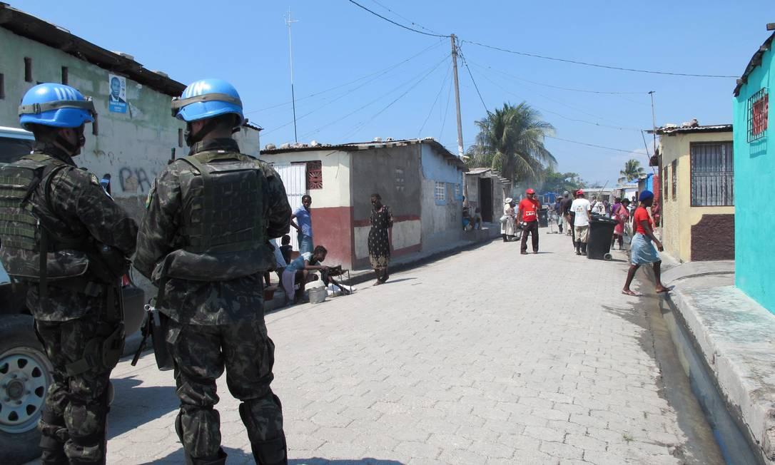 Integrantes da Minustah fazem patrulhamento Foto: 9-3-2011 / Vera Araújo