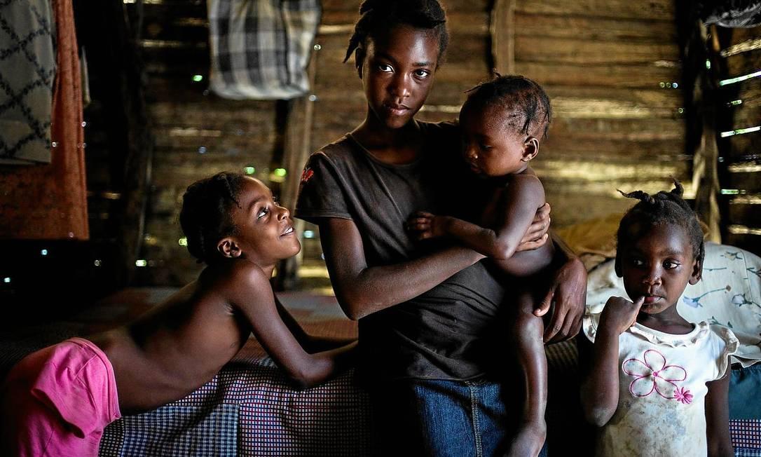 Josilla Fils-Aime, de 11 anos (centro), uma das vítimas do cólera no Haiti: silêncio da ONU sobre seu papel na disseminação da doença marca missão de paz no país Foto: New York Times / 29-3-2014