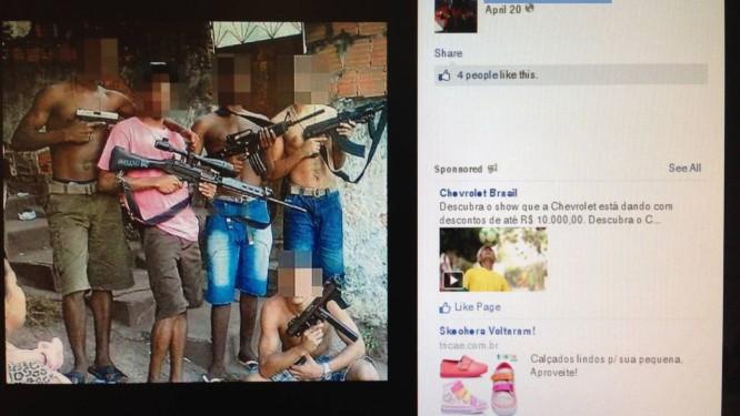 Páginas do facebook mostram supostos bandidos do Caramujo armados Foto: Reprodução da internet