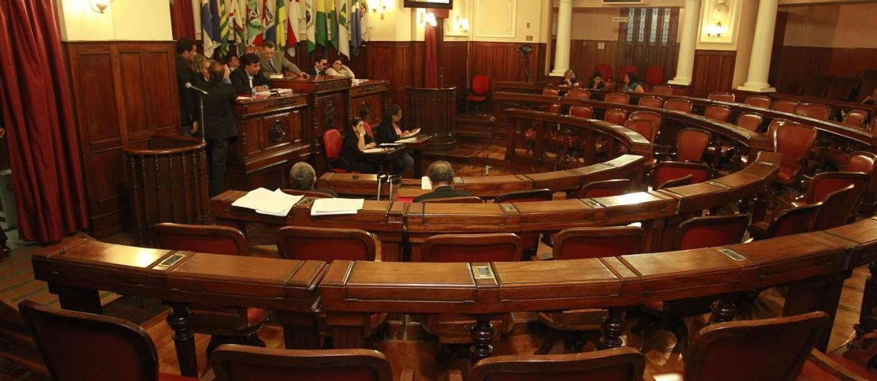 Plenário vazio na Câmara de Niterói: grupo faz acompanhamento paralelo das faltas dos vereadores Foto: Márcio Alves/ Agência O Globo