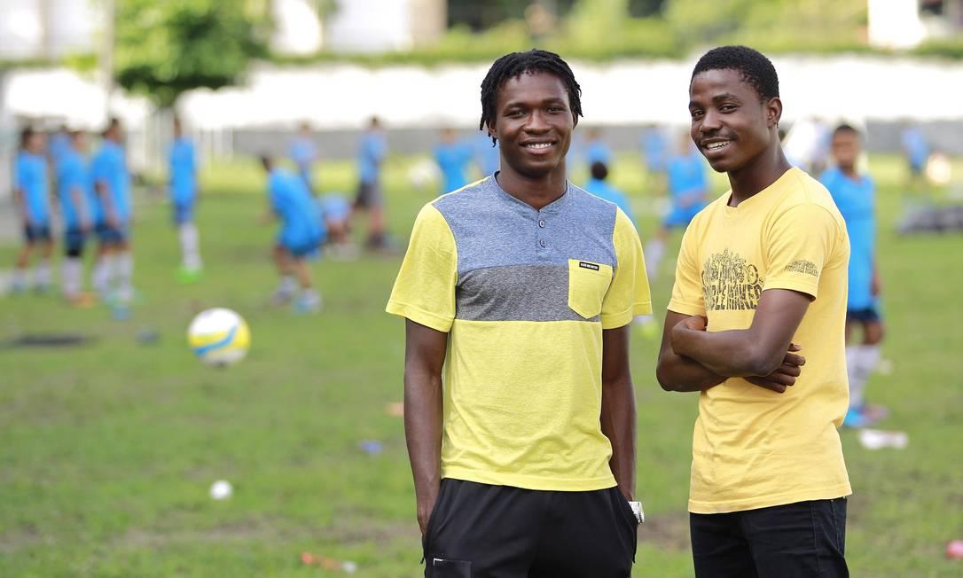 Em campo: Givemilord e Elison no Caio Martins Foto: O Globo / Márcio Alves