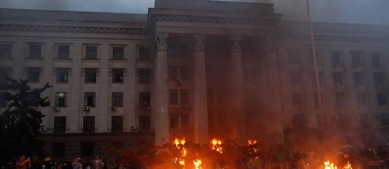 Barracas de ativistas pró-Rússia são queimadas em Odessa, no sudoeste da Ucrânia Foto: STRINGER / REUTERS