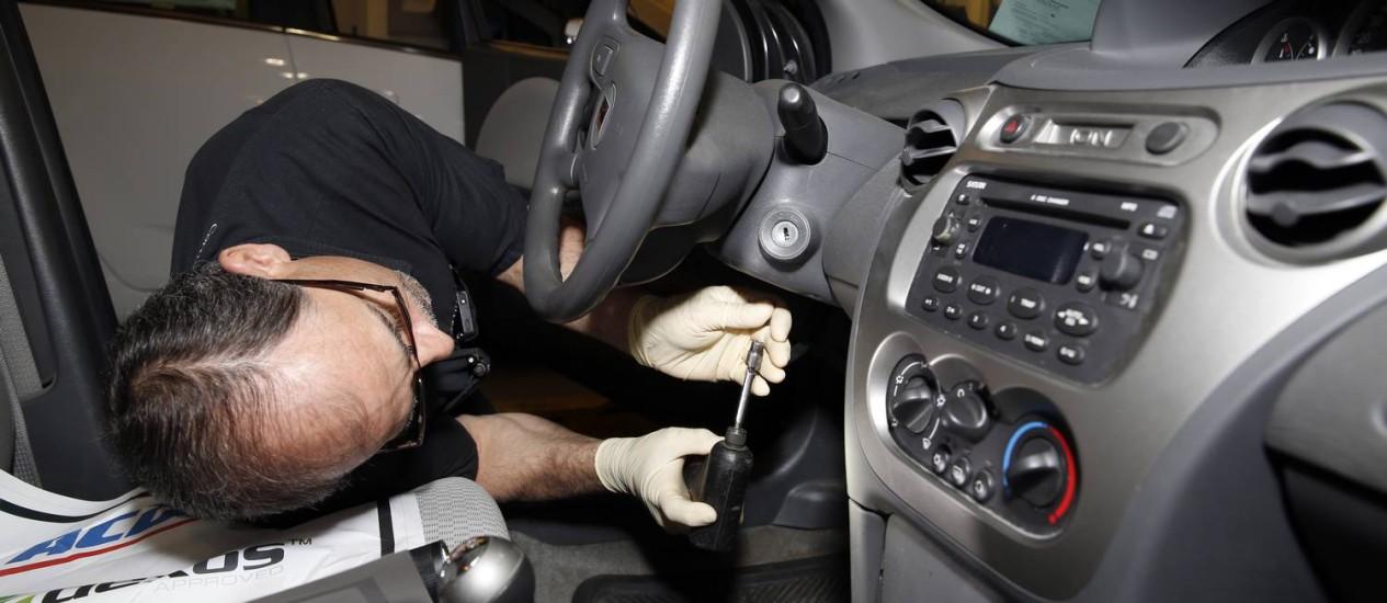 Funcionário faz reparo no sistema de ignição de um Saturn Ion, na unidade da GM em Michigan Foto: Jeff Kowalsky / Bloomberg