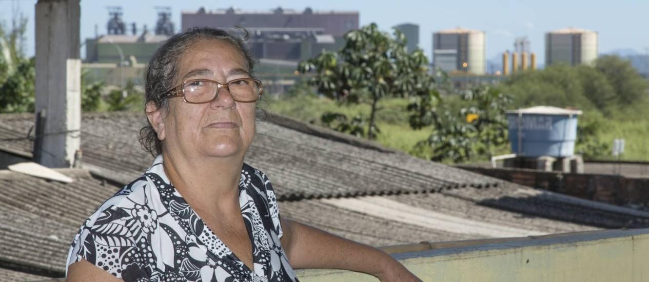 """Sueli Barreto em sua casa, em frente à siderúrgica, inaugurada em 2010: a """"chuva de prata"""" ainda assusta moradores Foto: Leo Martins"""
