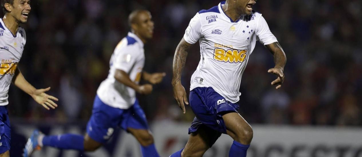 Dedé comemora um dos gols da vitória do Cruzeiro sobre o Cerro Porteño Foto: Jorge Saenz / AP