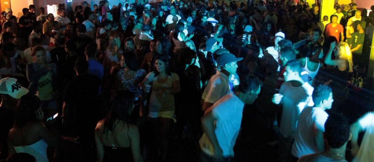 Baile funk da Paz, na Rocinha: antes proibido, evento agora terá patrocínio oficial Foto: Gabriel de Paiva / Agência O Globo (21/11/2011)