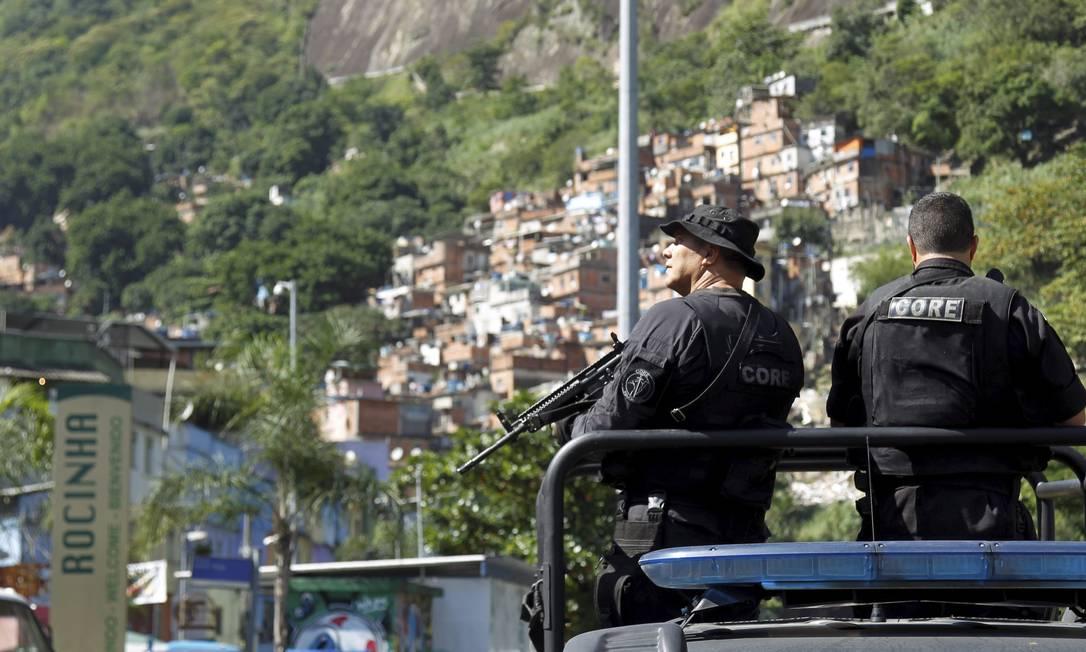 Policiais da Core na Favela da Rocinha após noite de confrontos: comunidade tem UPP desde 2012, mas sofre com constantes tiroteios Foto: Gabriel de Paiva / Agência O Globo