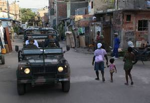Pezão e Beltrame em visita à Maré: militares ocupam a comunidade desde o dia 5 de abril Foto: Domingos Peixoto / Agência O Globo