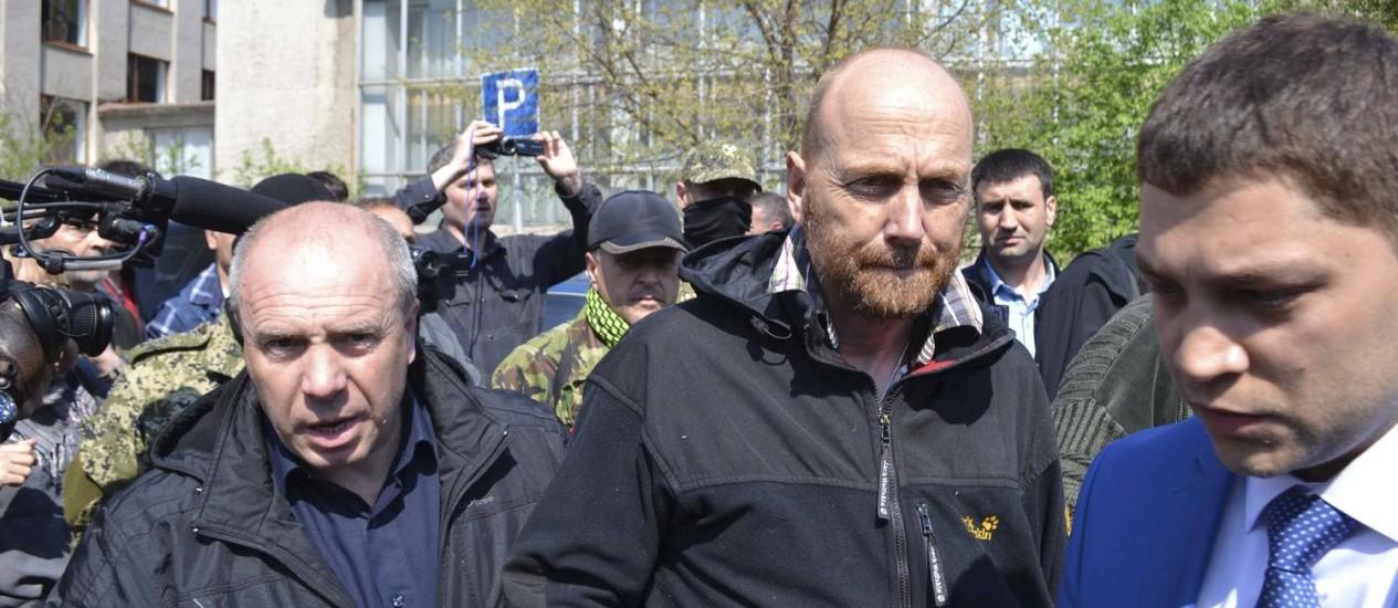 Observador Axel Schneider (centro) é escoltado depois de ser libertado por separatistas pró-russos na cidade de Slaviansk, no leste da Ucrânia Foto: STRINGER / REUTERS