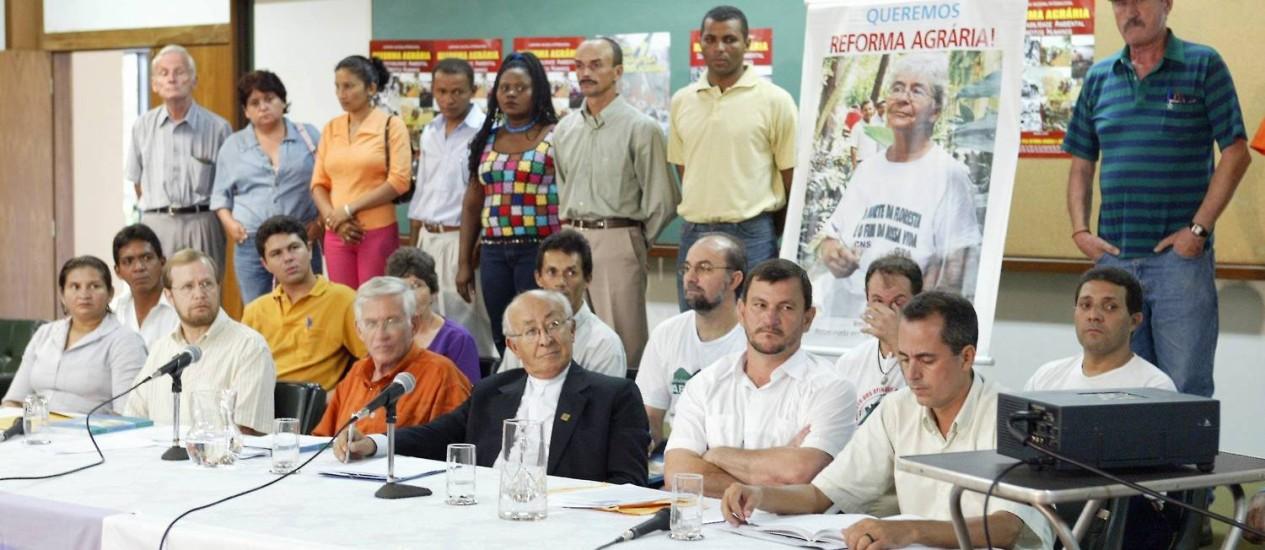 Dom Tomás Balduíno ao lado de líderes de movimentos sociais ameaçados de morte devido aos conflitos de terra no Brasil Foto: Sérgio Marques / O Globo (19-4-2005)