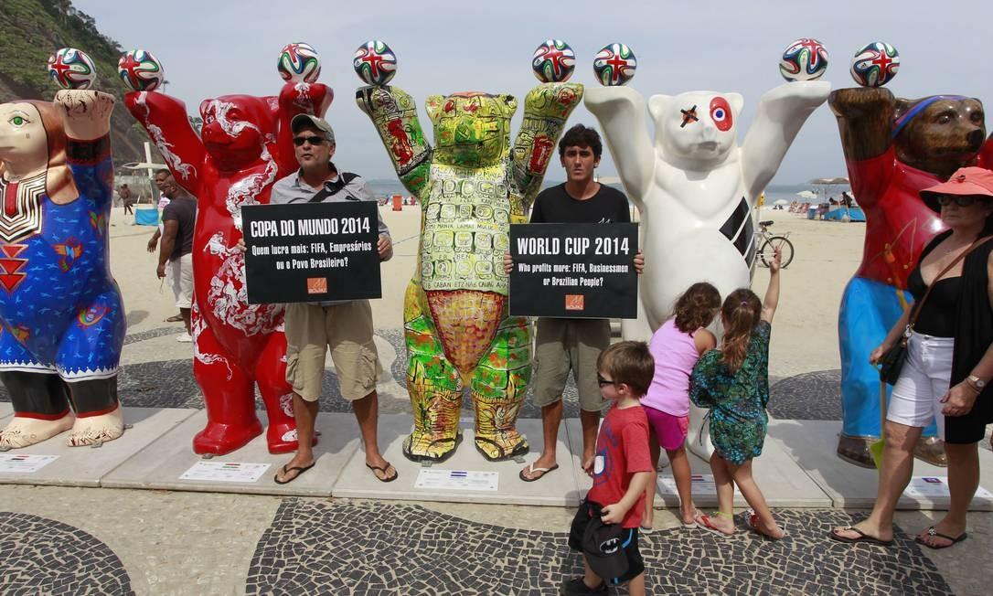 Ativistas protestam contra gastos públicos com a Copa do Mundo. Eles aproveitaram cenário de exposição no no Leme Foto: Domingos Peixoto / Agência O Globo