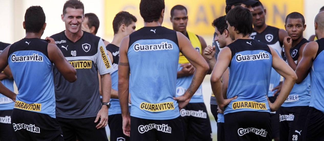 O técnico Vágner Mancini sorri durante o treino do Botafogo Foto: Gustavo Miranda / O Globo