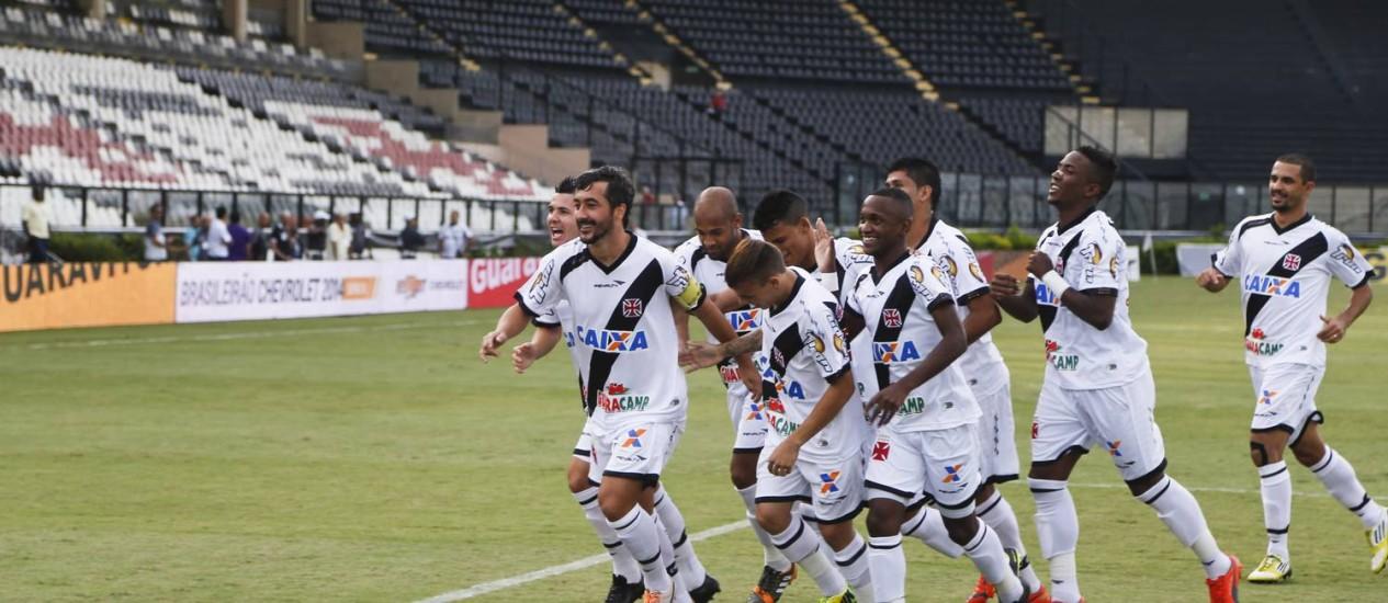 Jogadores do Vasco comemoram o gol de Douglas (à frente), que abriu o placar contra o Atlético-GO Foto: Guito Moreto / Agência O Globo
