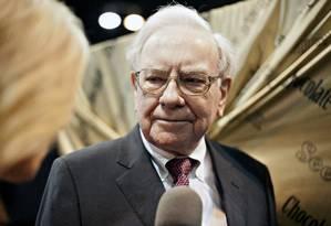 Warren Buffett, presidente da Berkshire Hathaway, durante a reunião anual de acionistas, na sede da empresa, em Omaha, Nebraska Foto: Daniel Acker / Bloomberg