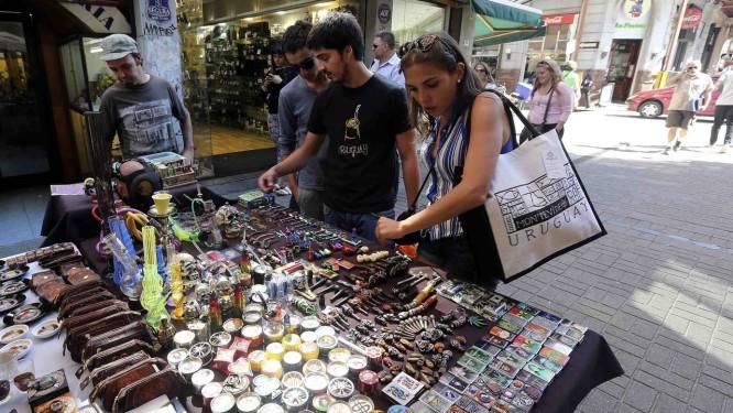 Comércio. Mercado no Centro de Montevidéu vende produtos relacionados à planta Foto: ANDRES STAPFF / Reuters