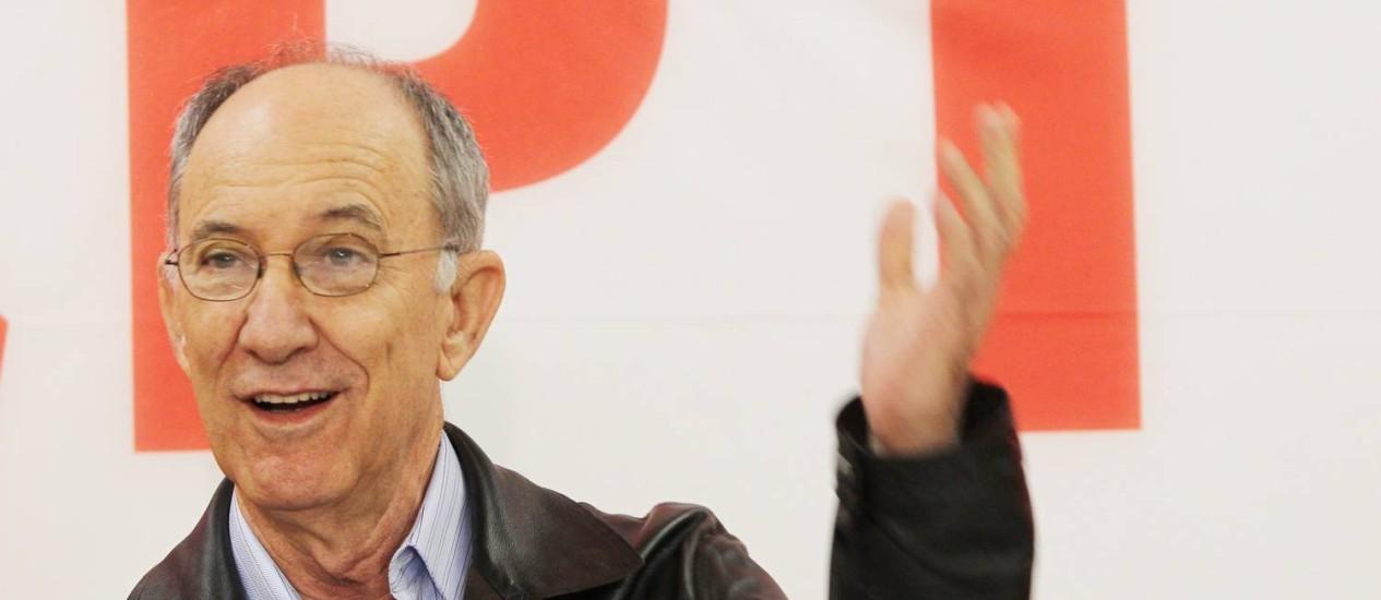 O presidente nacional do PT, Rui Falcão, conversa com a imprensa ao final do 14º Encontro Nacional da legenda Foto: Marcos Alves / Agência O Globo