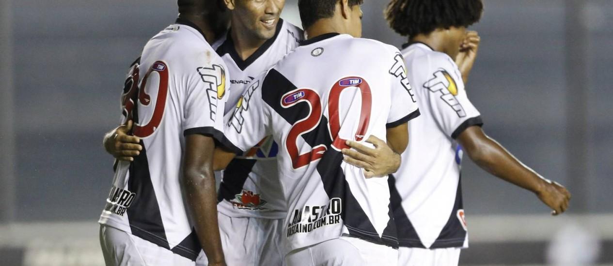 Jogadores do Vasco comemoram um dos gols da vitória sobre o Atlético-GO Foto: Guito Moreto / Agência O Globo