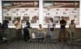 Paciência. Clientes fazem fila em supermercado de Caracas: crise cambial já afeta indústria local de alimentos