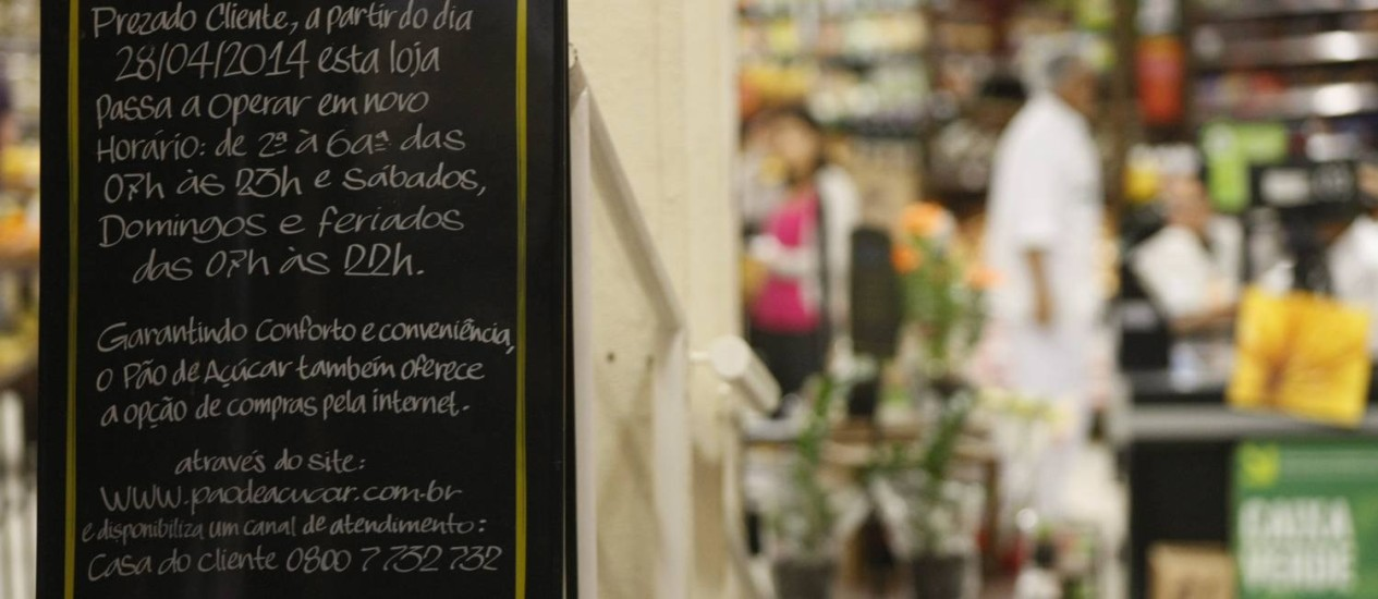 Na porta do supermercado, em Copacabana, cartaz esclarece novo horário de funcionamento: Rio registrou taxa de desemprego de 3,5%, em março, na média das seis principais regiões metropolitanas do país o percentual foi de 5% Foto: Guilherme leporace / O GLOBO