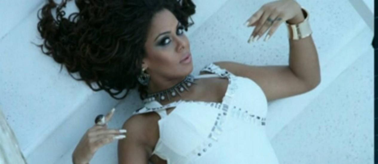 A dançarina Ariany Nogueira, que se apresenta em shows com o cantor Latino, foi baleada na madrugada deste sábado, na Zona Oeste do Rio Foto: Reprodução TV