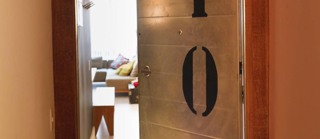 Apartamento em Ipanema ganhou porta corta-fogo feita de chapa de aço galvanizado Foto: Simone Marinho