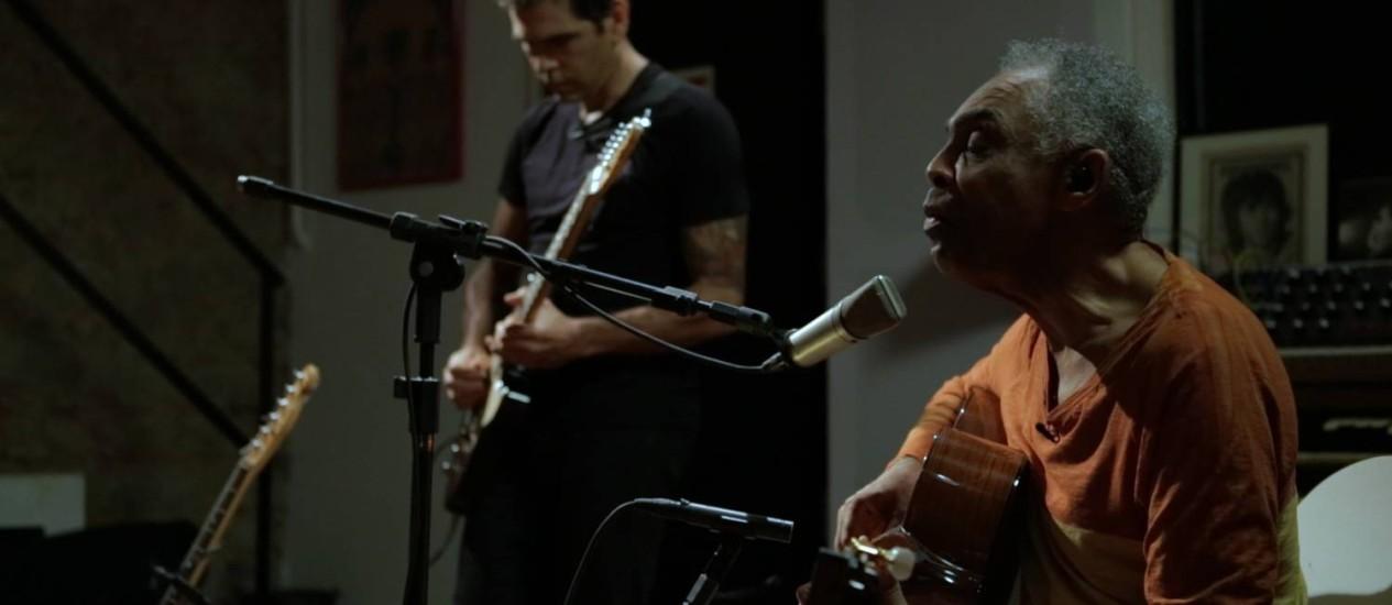 Dado recebe Gilberto Gil em seu estúdio no Horto, na estreia do programa Foto: Divulgação
