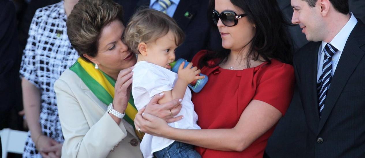 No palanque, Dilma afaga o neto Garbiel, no colo da filha Paula Foto: Gustavo Miranda/7-9-2012
