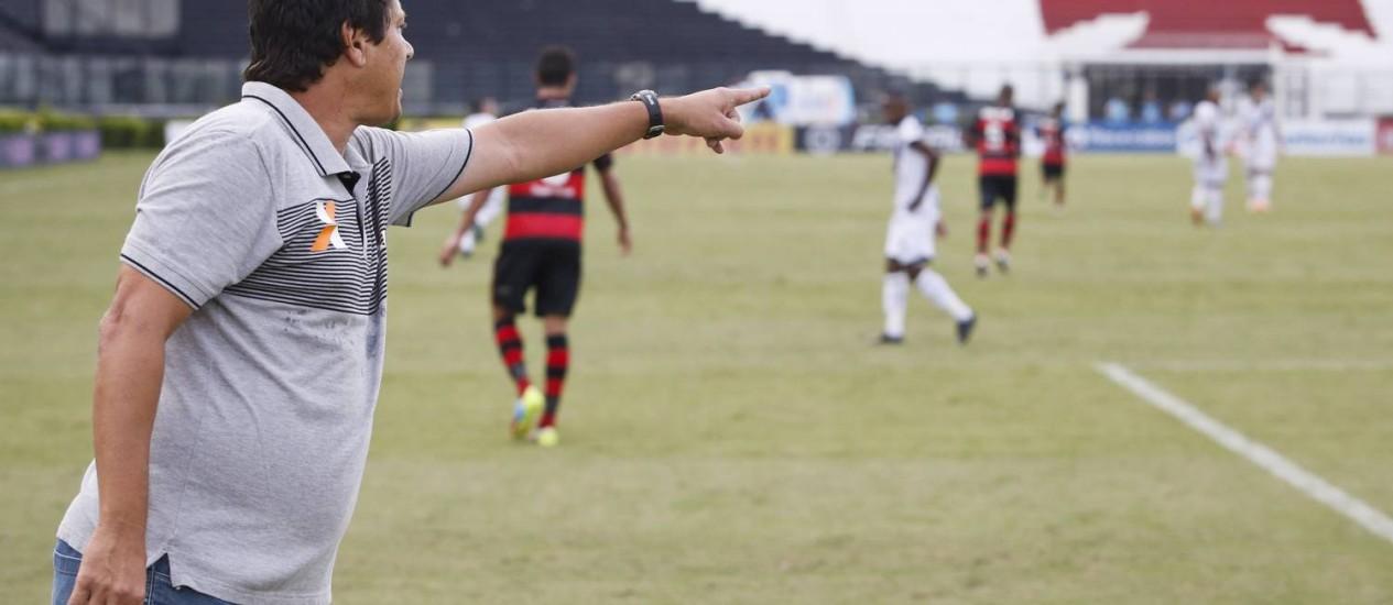 Adilson orienta o time do Vasco diante das arquibancadas vazias de São Januário Foto: Guito Moreto / O Globo