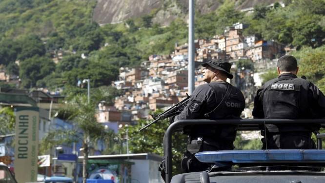 Policiais na Rocinha, no Rio. A violência no Rio está tirando o sono dos ingleses, cujo hotel em que ficarão hospedados fica perto da favela Foto: Gabriel de Paiva / O Globo