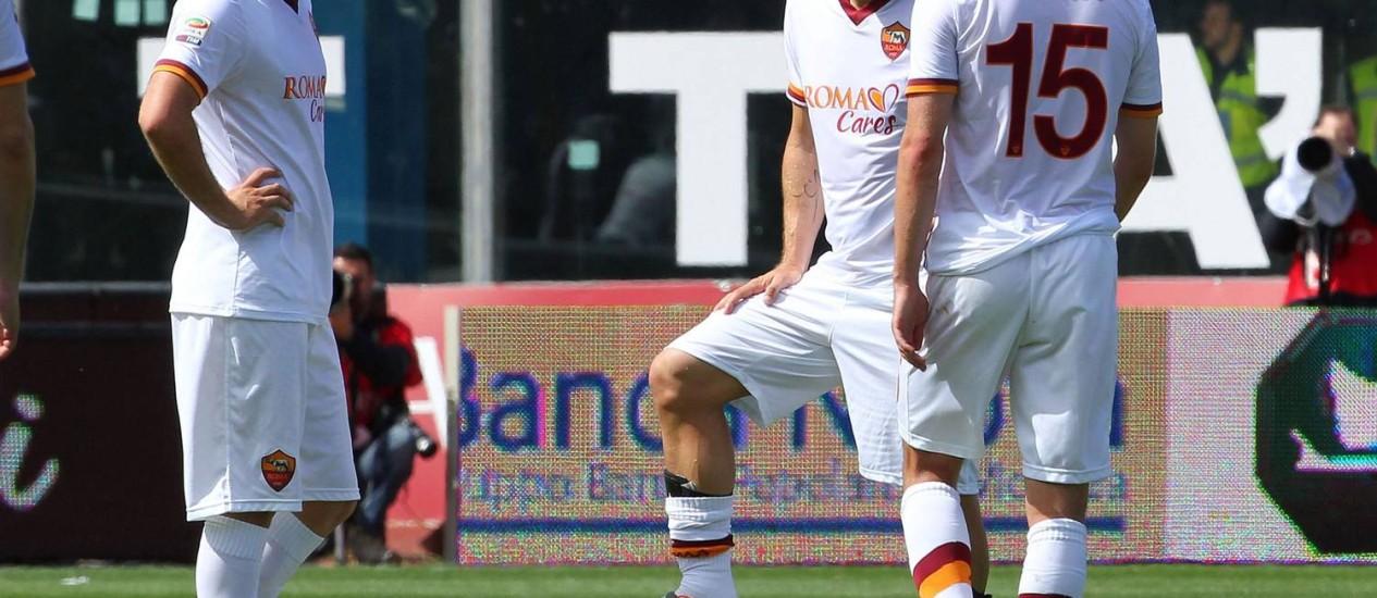 Ljajic, Totti e Pjanic. Roma foi goleado e não tem mais como alcançar o Juventus, que foi campeão italiano sem sequer entrar em campo Foto: Salvo Barbagallo / AFP