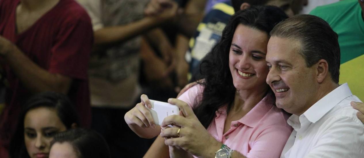 Candidato à presidência pelo PSB, Eduardo Campos tira foto durante reunião dos jovens do partido Patria Livre, na Ilha do Fundão, no Rio. Foto: Domingos Peixoto / Agência O Globo