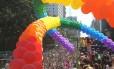 Avenida paulista tomada pela Parada do Orgulho Gay em frente ao Masp.