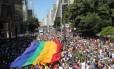 A tradicional bandeira do arco-íris toma conta da Avenida Paulista, no centro de São Paulo